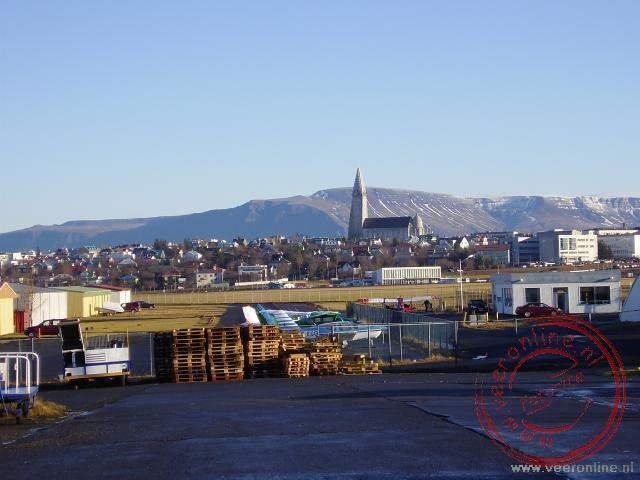 Een zicht op Reykjavik. De Hallgrímskirkja steekt hoog boven de stad uit.