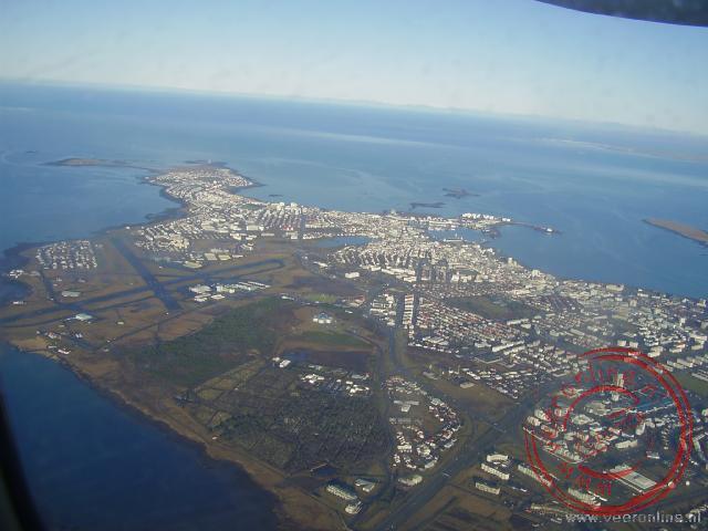 Het centrum van Raykjavik gezien vanuit het vliegtuig