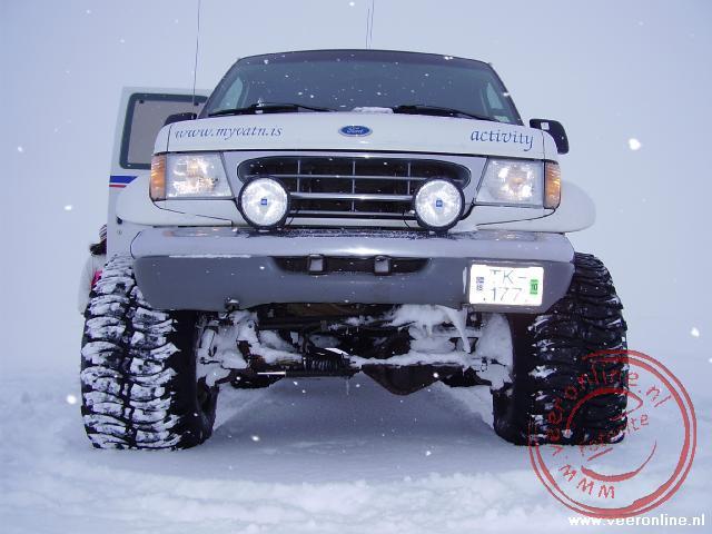 De imposante Super Jeep staat hoog op zijn wielen