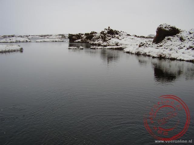 Het water in het Mývatn meer komt uit een bron. Het water bij de bron is te drinken
