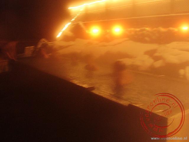 De Hot tub in het Mývatn Nature bath verdwijnt in de stoom van het bad.