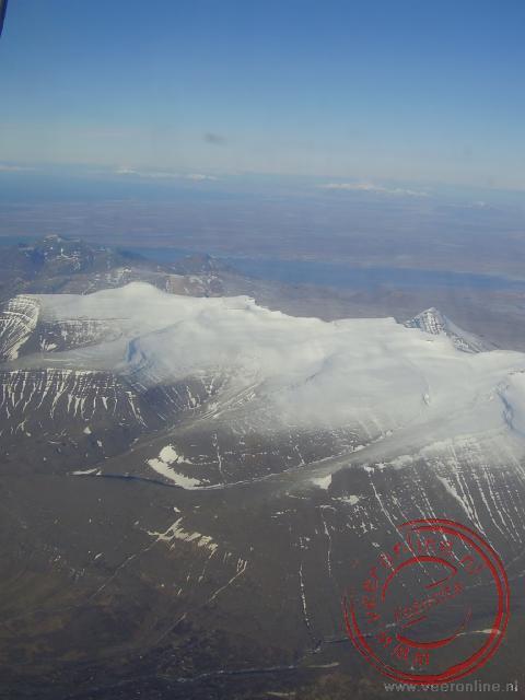 De besneeuwde bergtoppen in het binnenland van IJsland