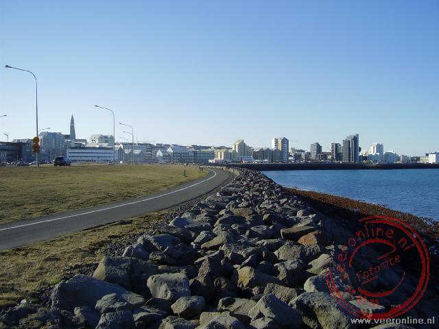 De kustlijn van Reykjavik bij IJsland