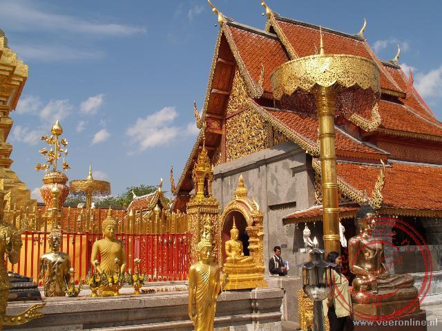 Het tempelcomplex Doi Suthep op de top van de berg boven Chiang Mai