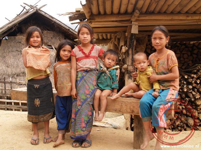Kinderen van de H'mong stam in het dorpje Howay Nkokum, langs de Mekong