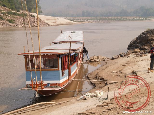 Met de 35 mater lange slowboat varen we over de Mekong rivier