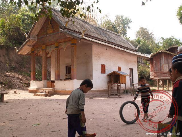 Spelende kinderen van de Lao Lum stam in het dorpje Keang Haang