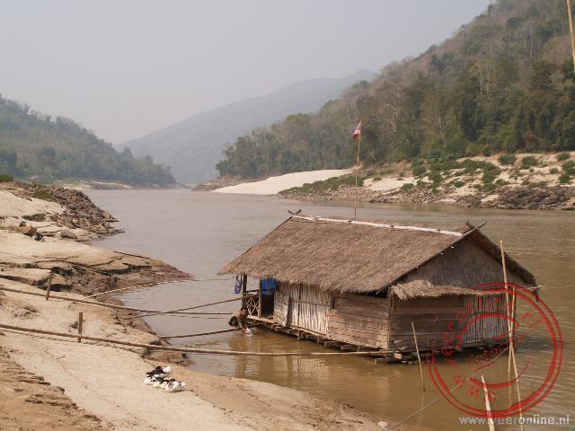 Een woonboot op de Mekong Rivier