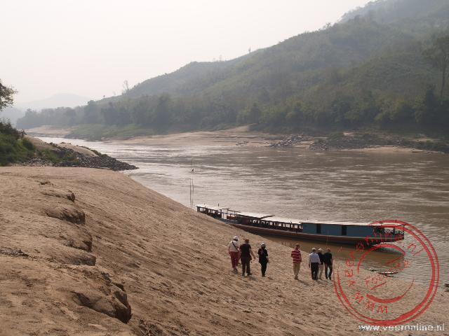 De boot ligt aangemeerd bij de strand van Bantone
