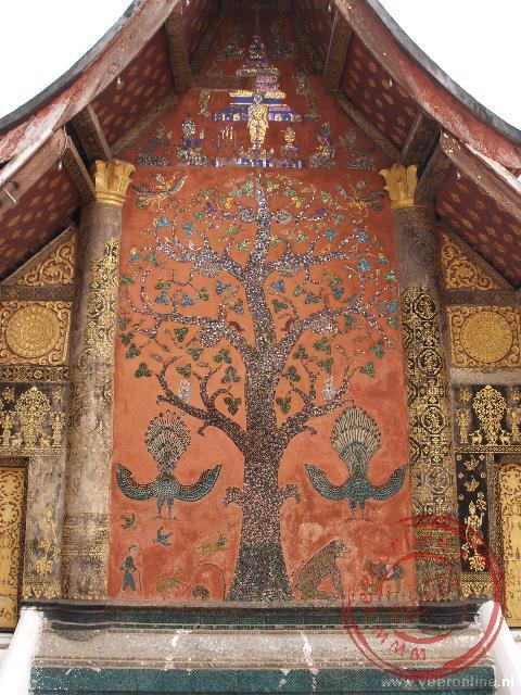 De versierde levensboom op de achterkant van de Wat Xieng Thong