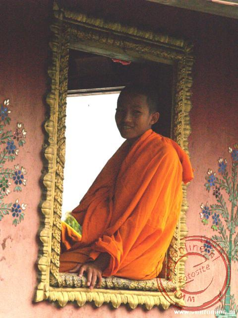 Een monnik in het raamkozijn