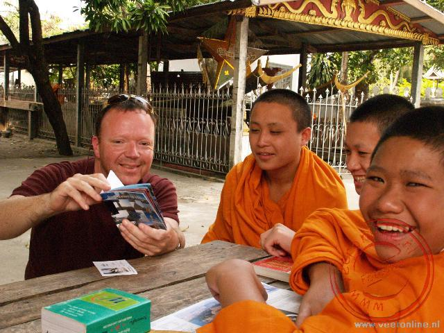 Monniken kijken naar de foto's uit Nederland