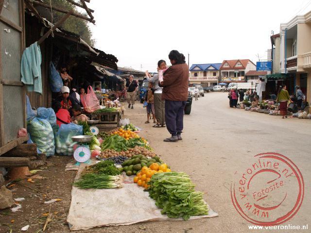 Een lokale markt in het plaatsje op de kruising van wegen tussen Luang Prabang, Vientiane en Phonsaven