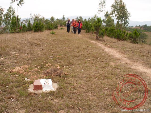 De rood-witte paaltjes geven aan waar wel en waar niet gewandeld kan worden in het mijnveld