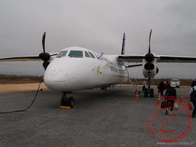 Het propeller vliegtuig op de luchthaven van Phonsavan