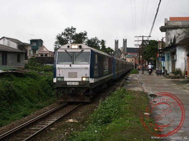 Vietnam heeft één spoorlijn van Hanoi naar Ho Chi Minh. Hier loopt deze spoorlijn door de stad Hué