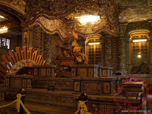 De graftombe in het Thien-Dinhpaleis is versiert met mozaieken