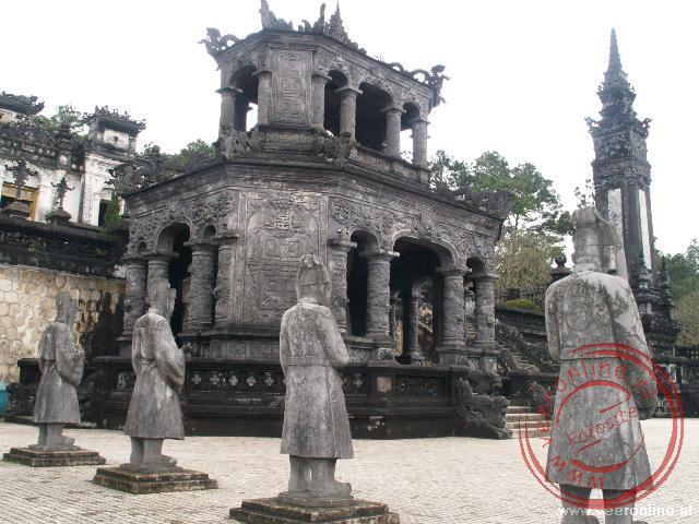 Wachters staan bij de tombe van Khai Dinh