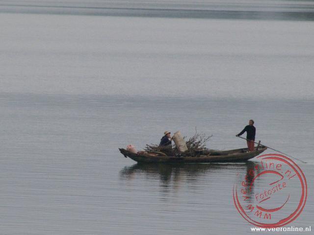 Een vissersboot op de Parfumrivier bij Hué