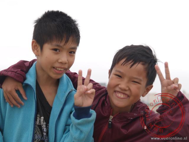 Twee Vietnameese jongens op het strand