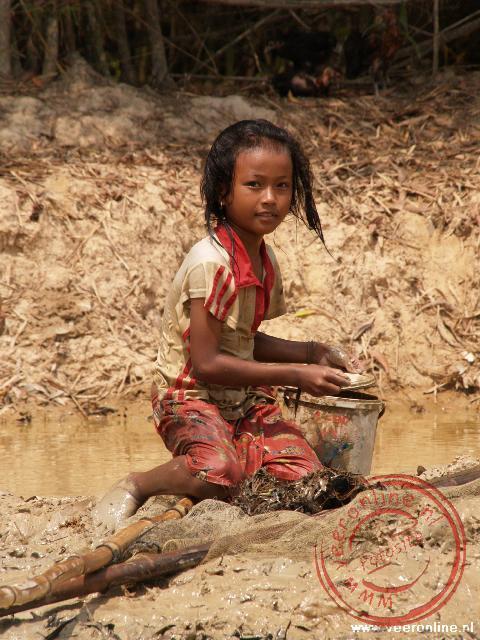 Een Cambotiaans meisje is bezig met de rijst