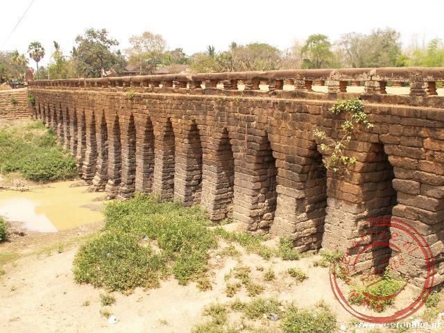 Een oude Khmer brug tussen Phong Peng