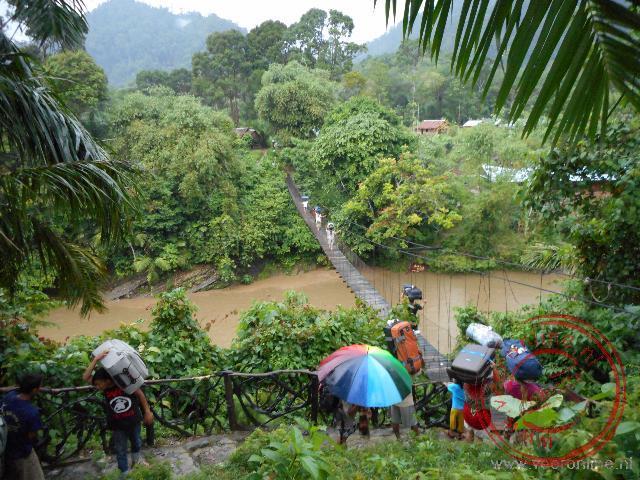 In de regen over de hangbrug bij Tangkahan
