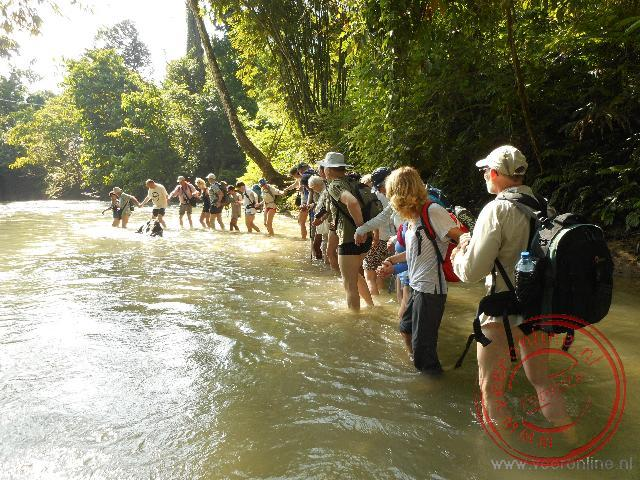 Om in het Gunung Lueser National Park te komen moet de rivier doorkruist worden