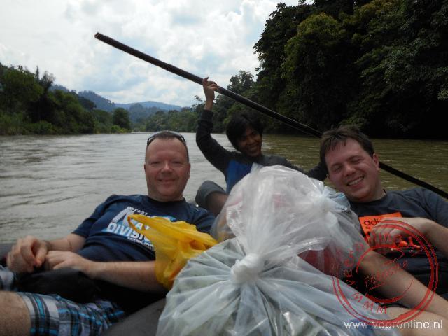 Drijven in oude autobanden op de rivier