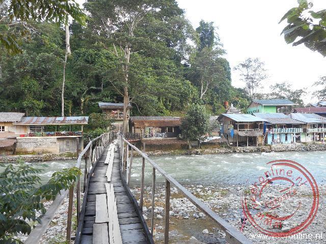 Een gammele hangbrug brengt mij in het dorpje Bukit Lawang