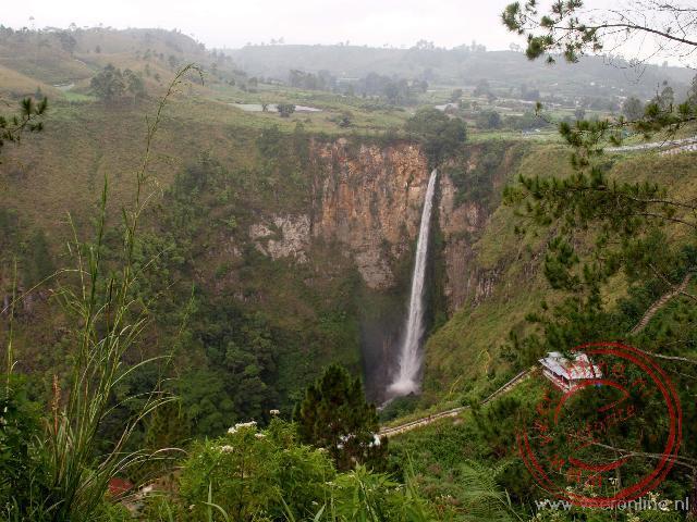 De Sipiso-piso waterval heeft een verval van 120 meter