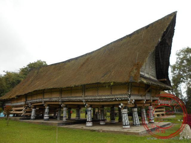 Het oude Simalungun paleis rust op twaalf gedecoreerde pilaren
