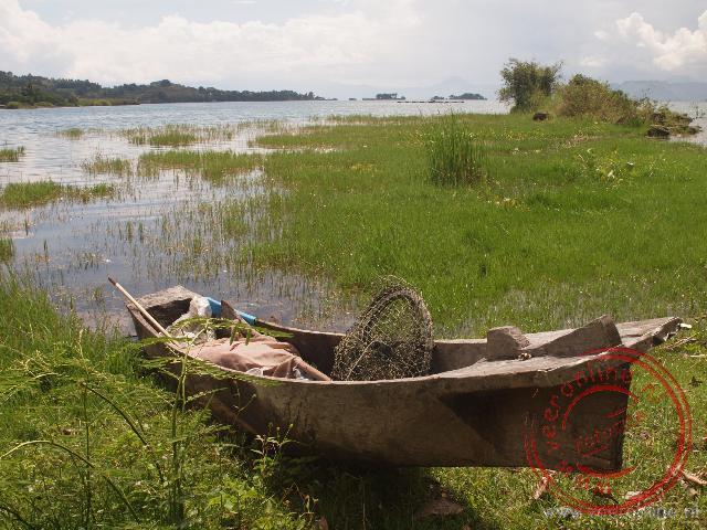 Een kano aan het Toba meer