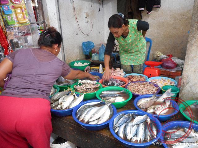 De markt in Balige trekt veel bezoekers uit de regio