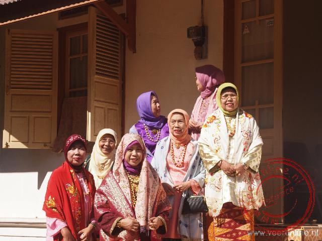 Vrouwen zijn feestelijk gekleed in Cadeau Gadang