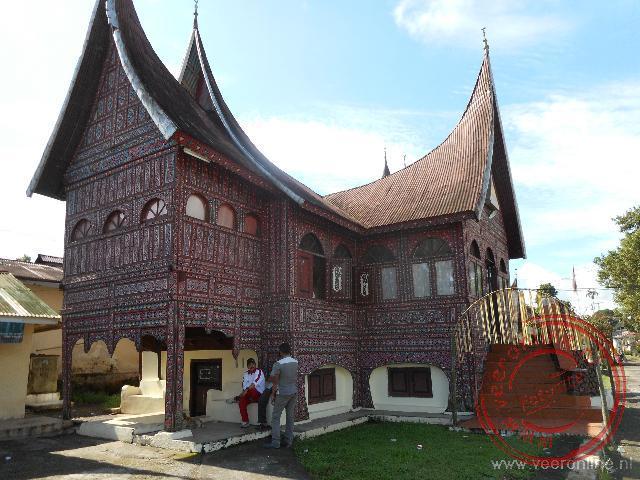 het gemeentehuis van Cadeau Gadang is opgetrokken in Batak stijl