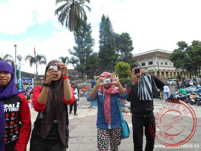 Op het centrale plein van Bukittinggi wil iedereen een foto maken van Westerse toeristen