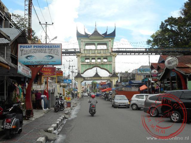 De loopbrug in Bukittinggi verbindt de beide zijde van de dierentuin met elkaar