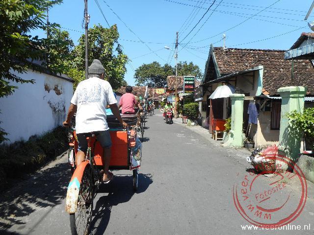 Een rij fietstaxi s door Yogya