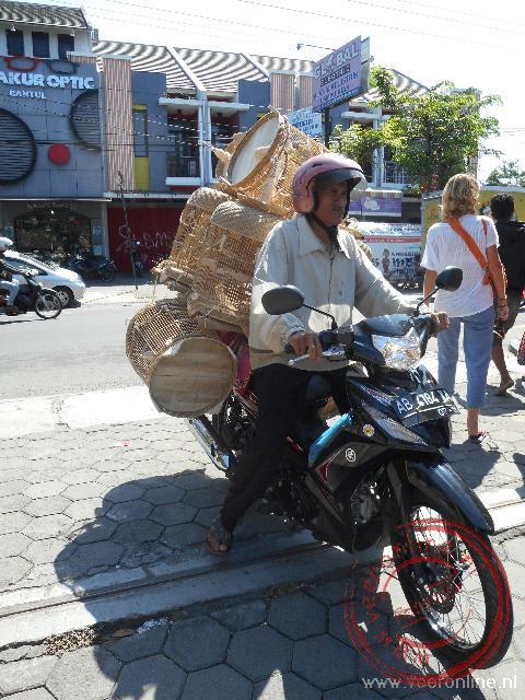 Ook de brommer is een favoriet vervoermiddel bij de vogeltjesmarkt