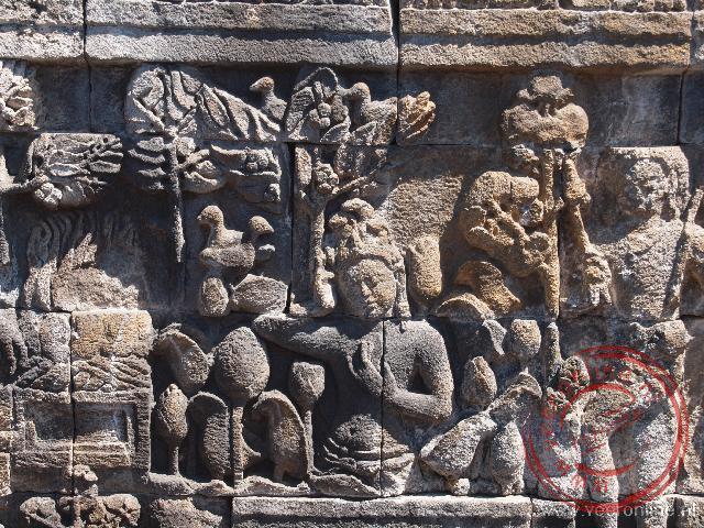Reliëfs langs de zijkanten van de Borobudur