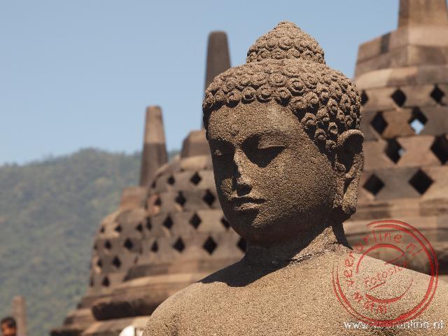 Een Boeddha beeld in een open Stupa