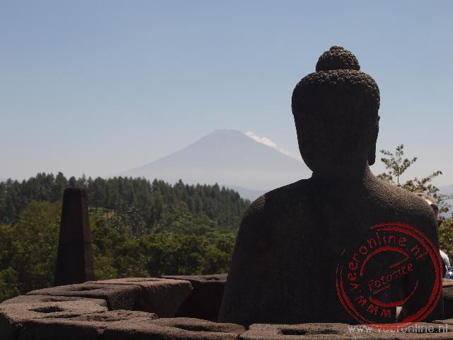 De Merapi vulkaan vanaf de Borobudur