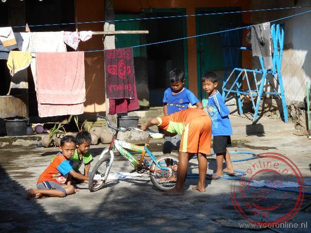 Kinderen spelen op een binnenplaats in Candirejo