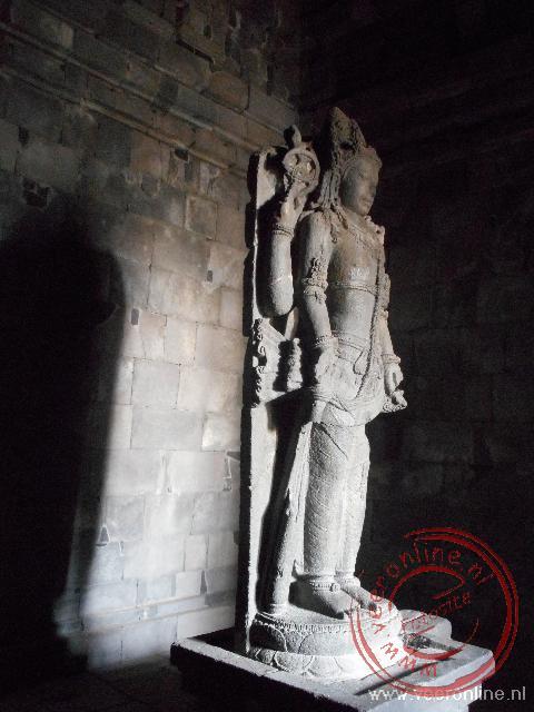 Het beeld van de vierarmige Shiva in de hoofdtempel van Prambanan