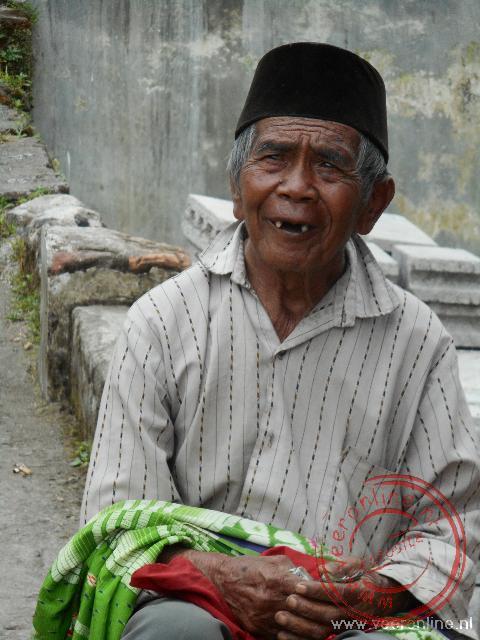 Een oudere man in een dropje nabij de Bromo