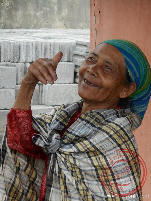 Een Indonesische vrouw op de vulkaan krater