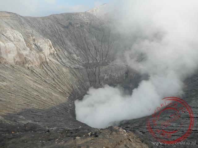 De actieve krater van de Bromo vulkaan