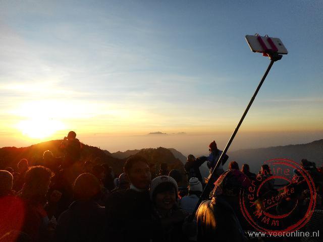 Een grote drukte tijdens de zonsopgang bij de Bromo vallei