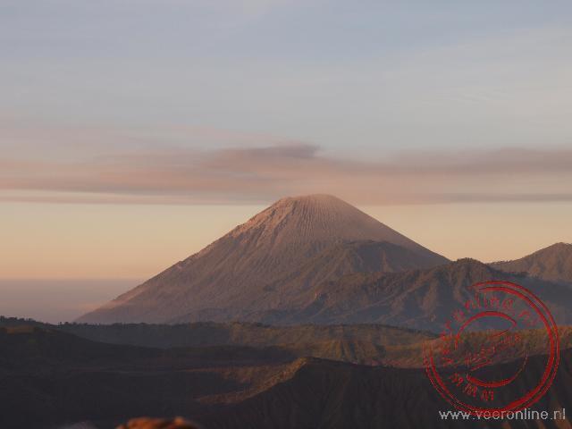 De rokende Semeru vulkaan
